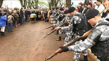 Corpo de um dos três PMs mortos em atentado é enterrado em Ivaiporã - O atentado foi no pátio da Companhia da Polícia Militar de Ivaiporã. Dois foram baleados dentro da viatura por um soldado da PM, que também morreu.
