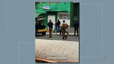 Bandidos fazem reféns em tentativa de assalto a banco em Porecatu - Três homens entraram na cooperativa de crédito pela manhã. A polícia conseguiu capturar um que tentou fugir e negociou com outro que fez os reféns na agência. O terceiro homem ainda é procurado pela polícia.