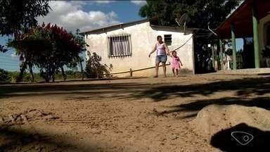 Menina fica privada de ir à escola por falta de transporte escolar no interior de Linhares - Heloá tem uma doença rara e precisa ir à escola para socialização.