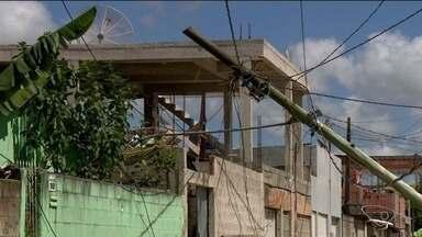 Poste cai em cima de casa no bairro Aviso, em Linhares - EDP disse que o poste foi substituído.