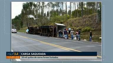 Caminhão tomba e 28 mil quilos de carne são saqueados em Wenceslau Braz - A situação foi na segunda-feira (03) na PR-092.