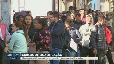 Abertura de 450 vagas para cursos de qualificação gera fila gigante em Piracicaba - Pessoas chegaram na Secretaria de Trabalho na noite de quarta-feira (4) e seguem esperando atendimento.
