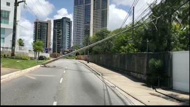 Poste cai em avenida do bairro do Altiplano, em João Pessoa - Trânsito ficou complicado.