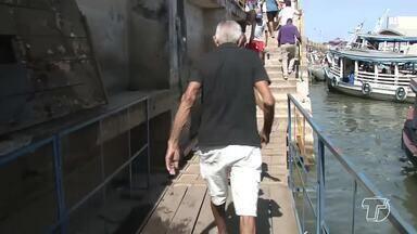 Pontes improvisadas coloca em risco trabalhadores e passageiros de embarcações - Para chegar aos barcos que estão ancorados um pouco mais distantes da Orla, as pessoas estão passando por pontes de madeira.