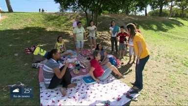 Cariocas e turistas passam o feriado na Quinta da Boa Vista após incêndio no museu - Pessoas lamentam incêndio ou não terem visitado o local antes. Alguns cariocas e turistas aproveitam o feriado da independência para curtir a Quinta da Boa Vista.