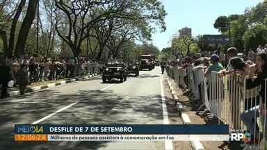 Avenida de Foz do Iguaçu fica cheia lotada no desfile de 7 de setembro - Milhares acompanharam o desfile cívico na Avenida Paraná.