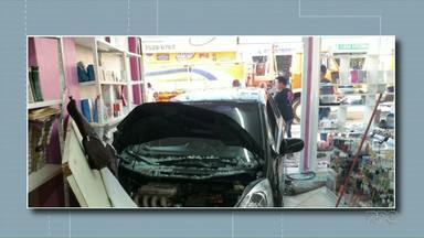 Carro invade loja em Foz do Iguaçu - Ninguém ficou ferido.