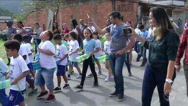 Alunos de Angra se apresentam em fanfarra de instrumentos recicláveis - Estudantes do Parque Mambucaba desfilaram na quinta-feira.