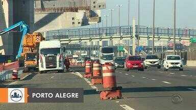 Bloqueio parcial na freeway, próximo a ponte do Guaíba, altera trânsito nesta sexta-feira - Assista ao vídeo.