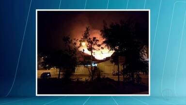 Incêndio atinge vegetação em Governador Valadares - Chamas atingiram vegetação no Bairro Belvedere.