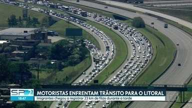 Motorista enfrentam trânsito no caminho para o litoral paulista - Imigrantes chegou a registrar 23 km de lentidão no início da tarde.