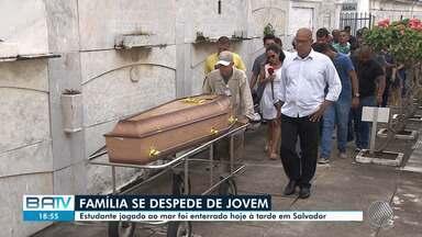 Jovem de 19 anos que morreu após ser assaltado e jogado ao mar é enterrado - Corpo foi encontrado por pescador perto da praia de Plataforma, no subúrbio de Salvador.