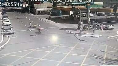 Vendedor de picolé é atropelado por motociclista sem carteira, em Vila Velha - Condutor foi conduzido ao DPJ.