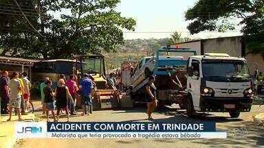 Homem morre e outros 9 ficam feridos em acidente em Trindade - Ônibus que levava fiéis para retiro foi atingido por caminhonete.