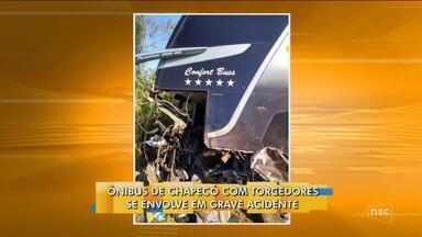 Ônibus de Chapecó com torcedores se envolve em acidente e deixa dois mortos - Ônibus de Chapecó com torcedores se envolve em acidente e deixa dois mortos