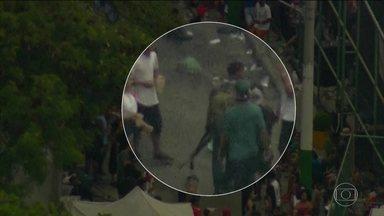 Homens armados com fuzis são flagrados em baile numa favela do Rio - Desta vez foi na Cidade de Deus, na zona oeste da Rio. A festa começou ontem e treminou só depois que o Globocoo fez os flagrantes. Pelo menos sete sete bandidos circulavam armados entre as pessoas que se divertiam.
