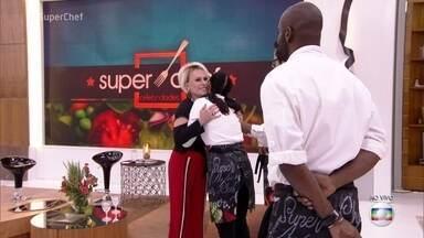 Ana Maria relembra última prova e recebe os participantes do quadro - 'Super Chef' está na última semana