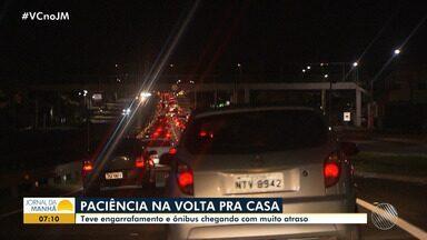 Feriadão: motoristas enfrentaram congestionamento na volta para casa - Congestionamento e atraso na chegada dos ônibus marcaram o final do fim de semana.