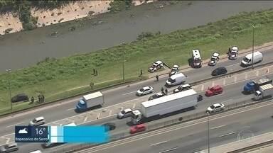 Perseguição da polícia termina com dois bandidos feridos na Fernão Dias - Os ladrões tinham acabado de roubar uma carga de cigarros em Guarulhos, na Grande São Paulo.