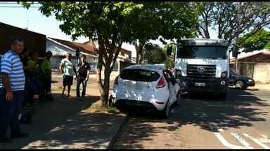 Homem fica ferido em acidente com caminhão de lixo - O acidente foi em cruzamento do Jardim Vitória em Maringá