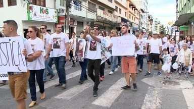 Famílias protestam 1 ano após acidente que matou integrantes de grupo de dança - Onze integrantes de grupo folclórico de Domingos Martins morreram em acidente.