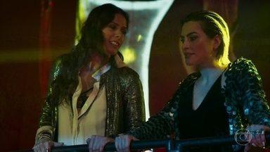 Betina e Zelda se divertem com o comportamento de Marocas na boate - Marocas fica chocada ao ver os shows de pole dance. Zelda chama o casal para ir para a área VIP novamente