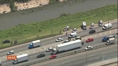 Perseguição assusta motoristas na Rodovia Fernão Dias em SP - Dois bandidos que tinham acabado de roubar uma carga de cigarros foram baleados.