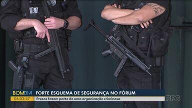 Fórum de Cascavel recebe forte esquema de segurança - O esquema foi montado para dar segurança à primeira audiência do julgamento de 26 presos que fariam parte de uma organização criminosa.