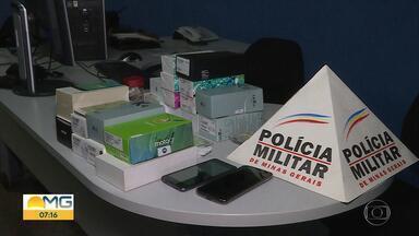 Dois homens são presos suspeitos de vender celulares roubados em Ribeirão das Neves - Polícia recebeu denúncia de que um homem estaria vendendo celulares novos na cidade.