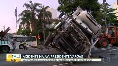 Caminhão tomba na Av. Presidente Vargas, no Centro - O transporte era de verduras e virou no sentido Candelária, perto do Sambódromo.