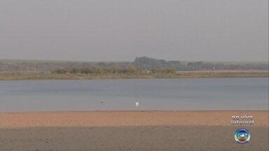 Falta de chuva diminui o nível de água da prainha de Adolfo - O rio da prainha de Adolfo (SP) está com o nível de água baixo, por causa da falta de chuva na região. Esse ano choveu bem menos do que o ano passado, quase a metade.
