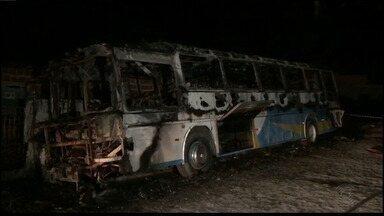 Ônibus fica destruído após incêndio, mas não deixa feridos, em João Pessoa - Ônibus não era de linha e o dono do transporte não foi identificado. Não há informações sobre as causas do incêndio.