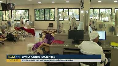 Livro ajuda pacientes que fazem tratamento de hemodiálise - O escritor é um paciente de Foz do Iguaçu.