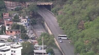 Importante túnel do Rio fica interditado por conta de operação policial nesta manhã (13) - O túnel Noel Rosa, que liga os bairros do Riachuelo e de Vila Isabel, nos dois sentidos, foi fechado pela polícia militar por causa de uma operação policial no Morro dos Macacos. A ação era contra o tráfico de drogas