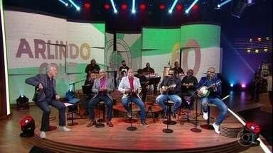 """Amigos e filho de Arlindo Cruz cantam """"O Show Tem Que Continuar"""" - Arlindinho, Sombrinha, Ubirany e Xande de Pilares também cantam parabéns para o sambista"""