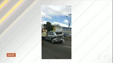 Arrastão termina em tiroteio na rodovia Presidente Dutra, Rio de Janeiro - Motoristas foram surpreendidos durante um arrastão na rodovia Presidente Dutra, altura de Belford Roxo . Policiais trocaram tiros com os bandidos.
