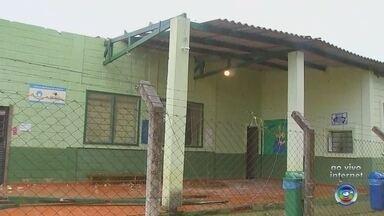 Chuva provoca estragos em Capela do Alto - A chuva provocou estragos e causou a queda de árvores e postes em três bairros de Capela do Alto (SP), além de uma creche que também foi afetada.