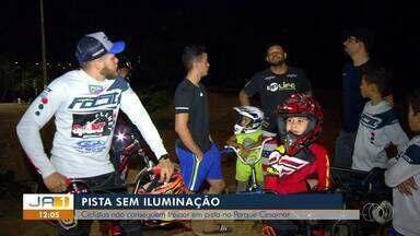 Ciclistas reclamam da falta de iluminação em pista no Parque Cesamar - Ciclistas reclamam da falta de iluminação em pista no Parque Cesamar