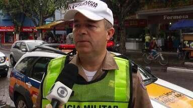 Motorista é preso por realizar transporte clandestino em Governador Valadares - Ele tinha saído da cidade de Itanhomi e seguia em direção à Governador Valadares, com seis passageiros; o homem ainda tentou fugir da fiscalização, mas acabou preso na BR-116.