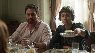 Edgar se preocupa com aproximação entre Manu e Luzia - Rochelle critica a tentativa de Acácio de resgatar o casarão e incentiva Roberval a construir um empreendimento no local