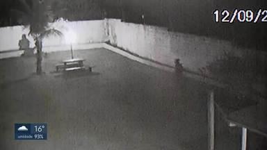 Insegurança ao lado do Aeroporto JK - Moradores do Lago Sul reclamam da insegurança na QI 1. Câmeras flagraram a ação de ladrões em uma das casas. Os criminosos entram pelos fundos, onde existe uma área de cerrado que fica entre as casas e o Aeroporto JK e que é monitorada pela FAB e pela Inframerica.