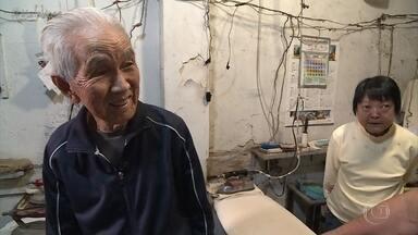 Aos 90 anos, Seu Shimizu tem mais disposição que muito jovem - Japonês trabalha diariamente em sua lavandeiria e mantém rotina de atleta. Ele é recodista mundial em sua categoria nos 200m, nos 400m rasos e no salto triplo