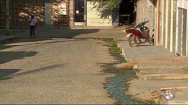 Moradores reclamam de esgoto estourado em bairro de Caruaru - Compesa afirmou que ainda hoje vai resolver a situação.