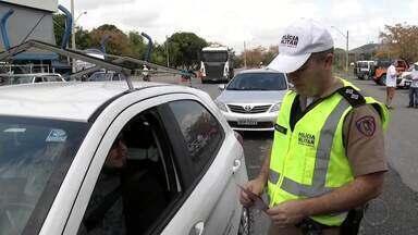 Polícia Militar Rodoviária faz blitz educativa na BR-259 em Valadares - Ação faz parte da Semana Nacional de Trânsito, que tem como objetivo a conscientização dos motoristas, através de palestras e vídeos educacionais.