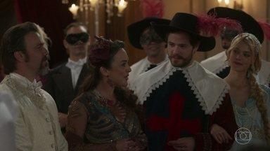 Começa o baile de máscaras dos noivos Aurélio e Julieta e Camilo e Jane - Ela aproveita a ocasião para anunciar a inauguração da ferrovia construída por Darcy