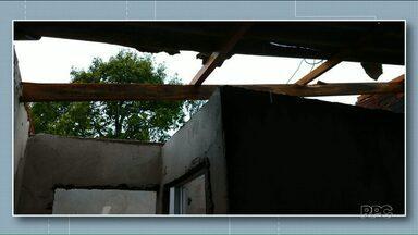 Temporal também causa estragos em Cruzeiro do Oeste e Umuarama - Em Cruzeiro do Oeste, pelo menos 30 casas foram destelhadas.