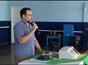 Alunos da Apae de Montes Claros recebem orientações sobre as eleições e simulam votação - Assistidos da entidade aprenderam na prática como é exercer o voto; uma simulação de votação foi feita pela TRE com uso de urna eletrônica.