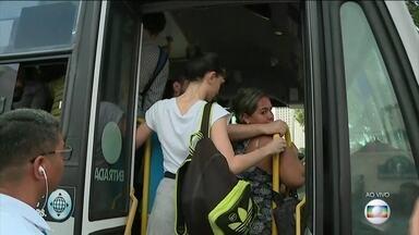 Passageiros enfrentam ônibus lotados e paradas cheias no Recife - Cerca de 2 milhões de pessoas utilizam ônibus todos os dias na Região Metropolitana do Recife. Passageiros encontram pontos cheios e ônibus lotados.