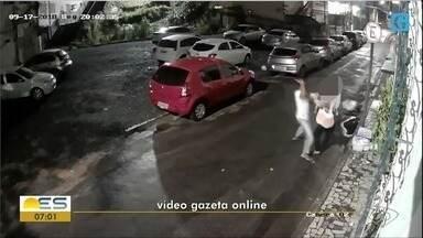 Aposentada é agredida durante um assalto, reage e luta com criminoso no ES - Crime foi registrado por câmeras de segurança.