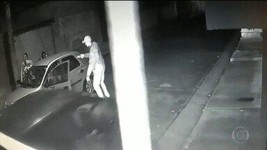 Quadrilha rouba 4 carros um uma única noite na Zona Leste de SP - Câmeras de segurança flagraram um dos assaltos. Os bandidos apontaram um revólver para uma criança de 4 anos. Dois integrantes da quadrilha foram presos.